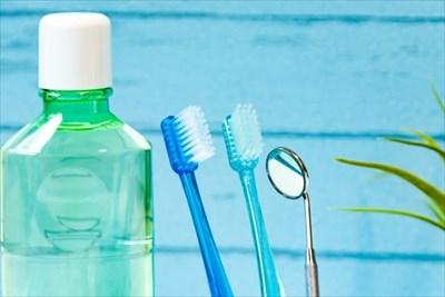 並べられたデンタルリンスと歯ブラシ